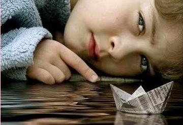 barco+de+papel,+niño,+infancia,+mirada,+ojos