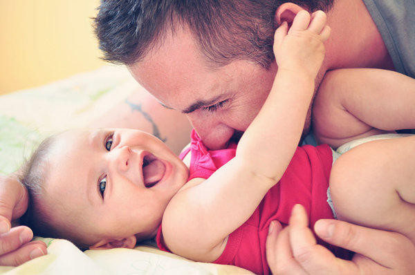 bebe-rie-estimula-alegria-salud_reference