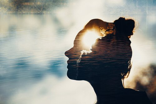 mujer-con-la-mente-iluminada