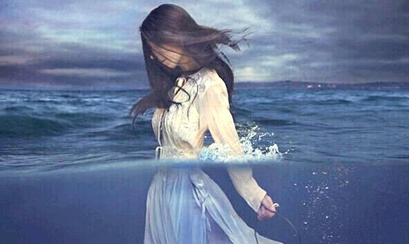 mujer-caminando-por-el-mar