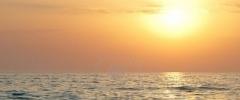 5410485-la-gente-en-la-balsa-con-la-puesta-del-sol-de-mar