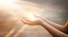 manos-mujer-orando-bendicion-dios-fondo-atardecer_34200-305