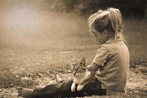 niña-con-gato-300x201